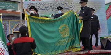 پرچم حرم امام رضا (ع) به آستان امامزاده صالح (ع) اهدا شد+عکس