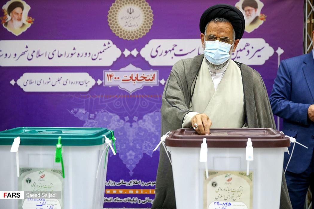 محمود علوی  وزیراصلاعات با حضور در ستاد انتخابات کشور رای خود را به صندوق انداخت.