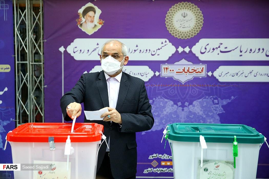 محسن حاجی میرزایی وزیر آموزش و پرورش با حضور در ستاد انتخابات کشور رای خود را به صندوق انداخت.