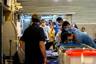 حضور مردم در پای صندوق های رای مستقر در ایستگاه های مترو
