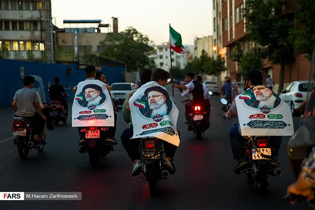 جشن پیروزی هواداران آیتالله رئیسی در خیابان پیروزی تهران