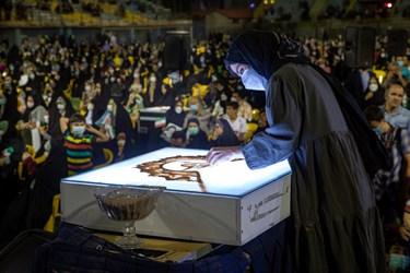 فاطمه عبادی هنرمند و قهرمان دورۀ نخست عصر جدیددر حال اجرای برنامه