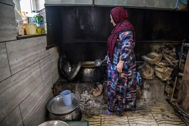 آشپزخانه یکی از اهالی روستای دولاب که از چوپ و زغال برای پخت و پز غذا استفاده میکنند