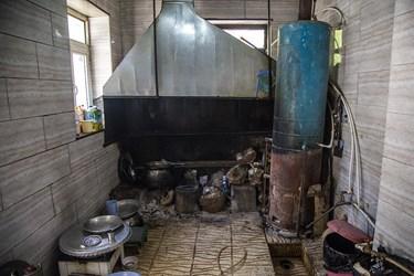 آشپزخانه یکی از اهالی روستا که آبگرمکن و اجاق زغالی استفاده میکند