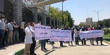 چرا دستیاران رشتههای تخصصی بیمارستانهای تهران در مقابل مجلس تجمع کردند؟