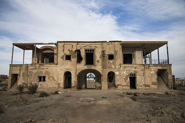 نمای بیرونی و در حال تخریب عمارت 100 ساله نواب در یزد