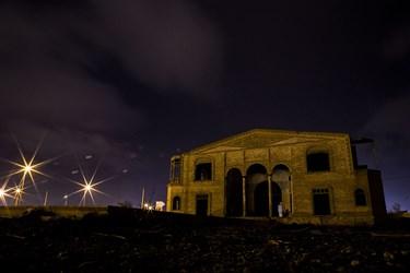 نمای بیرونی و در حال تخریب عمارت 100 ساله نواب یزد در شب
