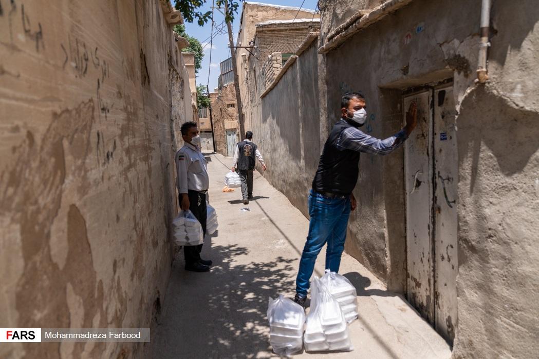 توزیع غذا توسط  اعضای موسسه خیریه متوسلین به حضرت زهرا(س) در میان نیازمندان در شیراز