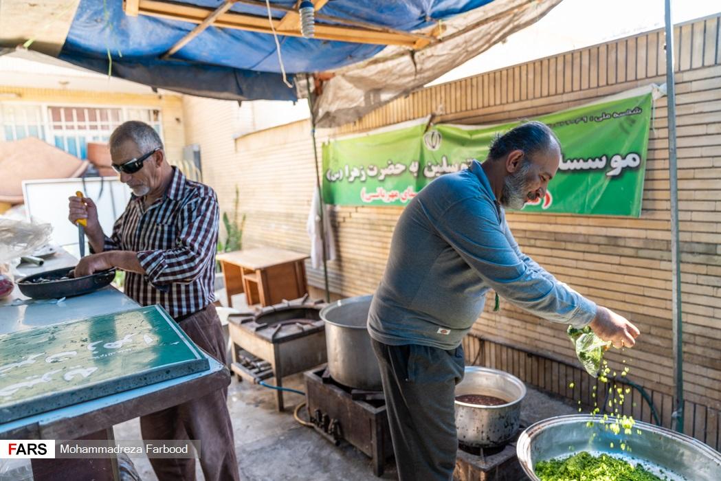 آماده سازی و طبخ غذا توسط اعضای موسسه خیریه متوسلین به حضرت زهرا(س) برای توزیع در میان نیازمندان در شیراز