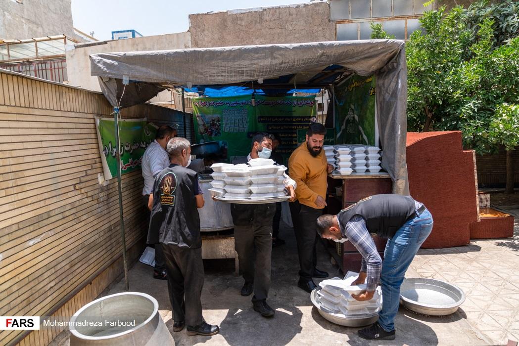 آماده سازی غذا توسط اعضای موسسه خیریه متوسلین به حضرت زهرا(س) برای توزیع در میان نیازمندان در شیراز