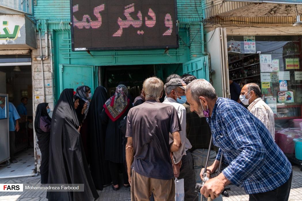 توزیع غذا توسط  اعضای موسسه خیریه متوسلین به حضرت زهرا(س) در میان خانوادههای نیازمند در شیراز