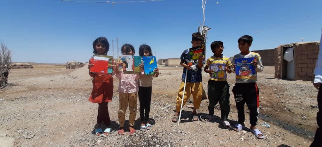 آ / گروه جهادی شهدا به کودکان شرق کشور کتاب اهدا کرد
