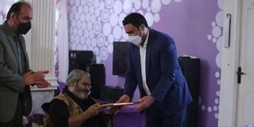 به مناسبت روز قلم «عباس خوشعمل» گواهینامه درجه یک هنری گرفت