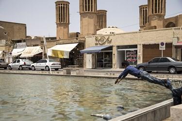 گرمای 50 درجه در یزد کودکان را به میدان های کشاند