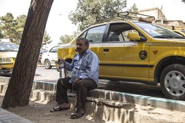 راننده تاکسی در انتظار مسافر در گرمای 50 درجه یزد