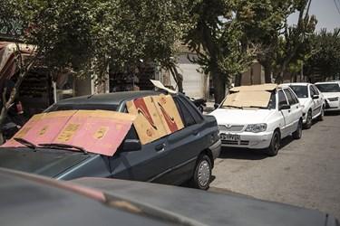 شهروندان برای جلوگیری از گرم شدن داخل خودرو از مقوا استفاده کردند