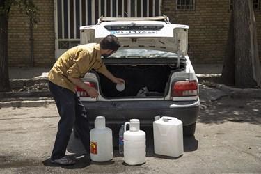 گرمای بی سابقه در یزد و تعرض به خط لوله آب باعث قطع اب شرب شهروندان شد