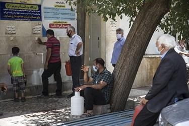 گرمای بی سابقه در یزد و قطعی آب شرب مردم را به ایستگاه های شهری کشاند