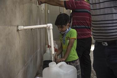 حضور کودک یزدی برای تامین آب در ایستگاه شهری برداشت آب