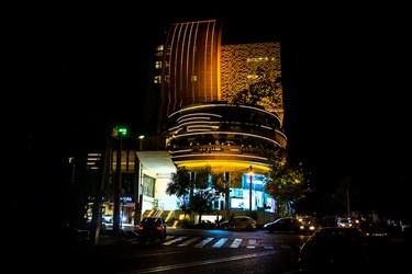روشنایی چراغ های تبلیغاتی و اضافی در خیابان هروی. حوالی ساعت 22:00