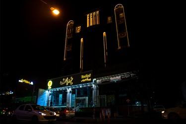 روشنایی چراغ های تبلیغاتی و تزئینی مغازه ها و ساختمان ها