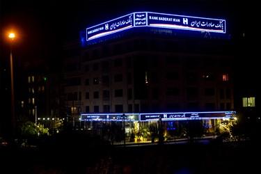 روشنایی چراغ های تبلیغاتی و تزئینی در بزرگراه اشرفی اصفهانی. حوالی ساعت 23:30