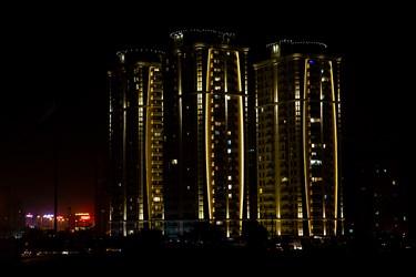 روشنایی تزئینی ساختمانی ها و برجهای مسکونی در اطراف دریاچه خلیج فارس. حوالی ساعت 24:00