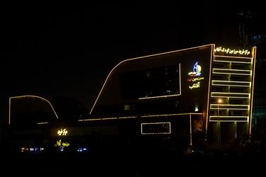روشنایی چراغهای تزئینی واحد های تجاری در اطراف دریاچه خلیج فارس. حوالی ساعت 24:00