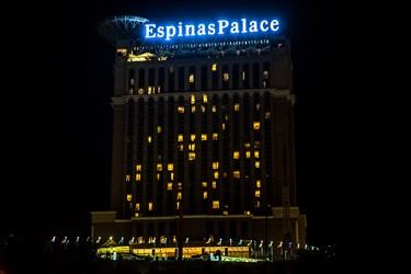 روشنایی چراغهای تبلیغاتی هتل اسپیناس. حوالی ساعت 1:00 بامداد