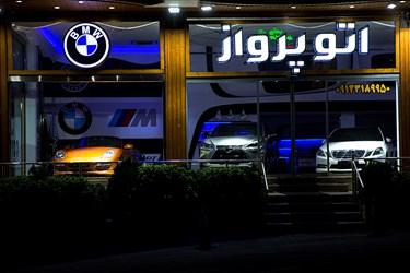 روشنایی چراغهای تبلیغاتی و تزئینی  در بلوار پاکنژاد. حوالی  ساعت 1:15 بامداد