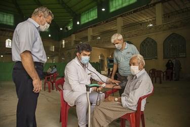 معاینه بیمار مسن در سالن انتظار پیش از مراجعه به پزشک متخصص