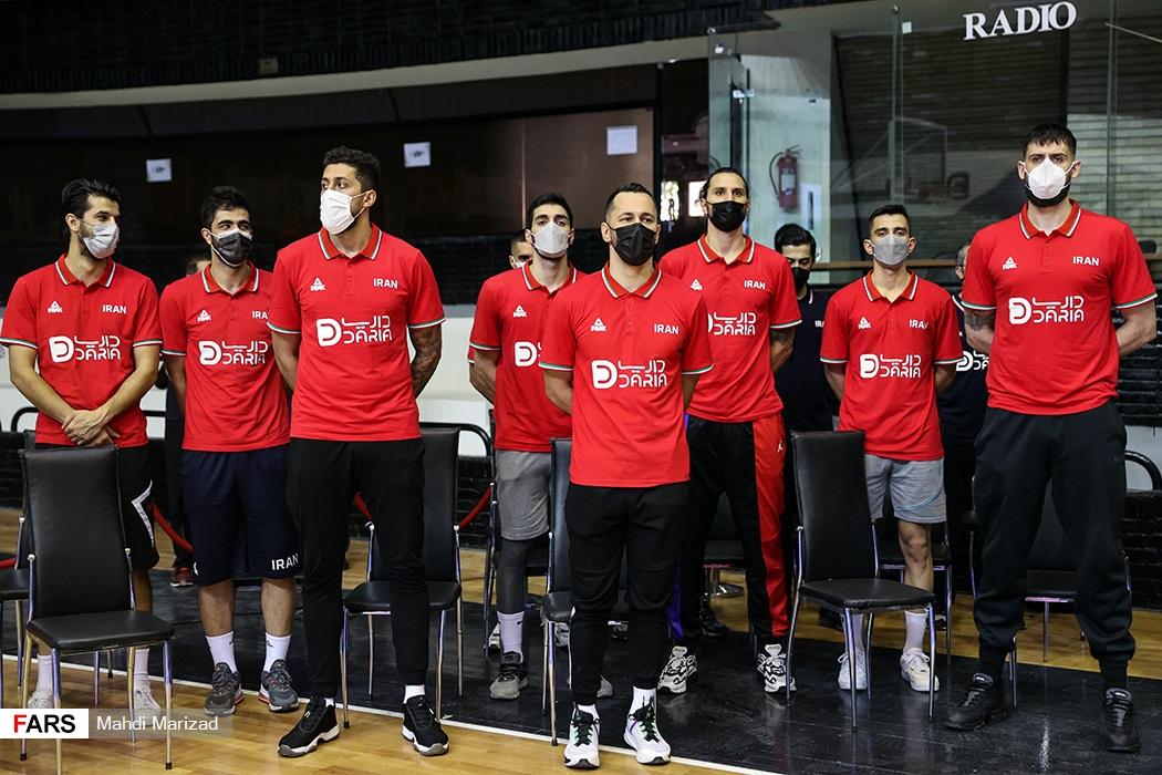 ادای احترام تیم ملی بسکتبال هنگام پخش سرود ملی کشورمان