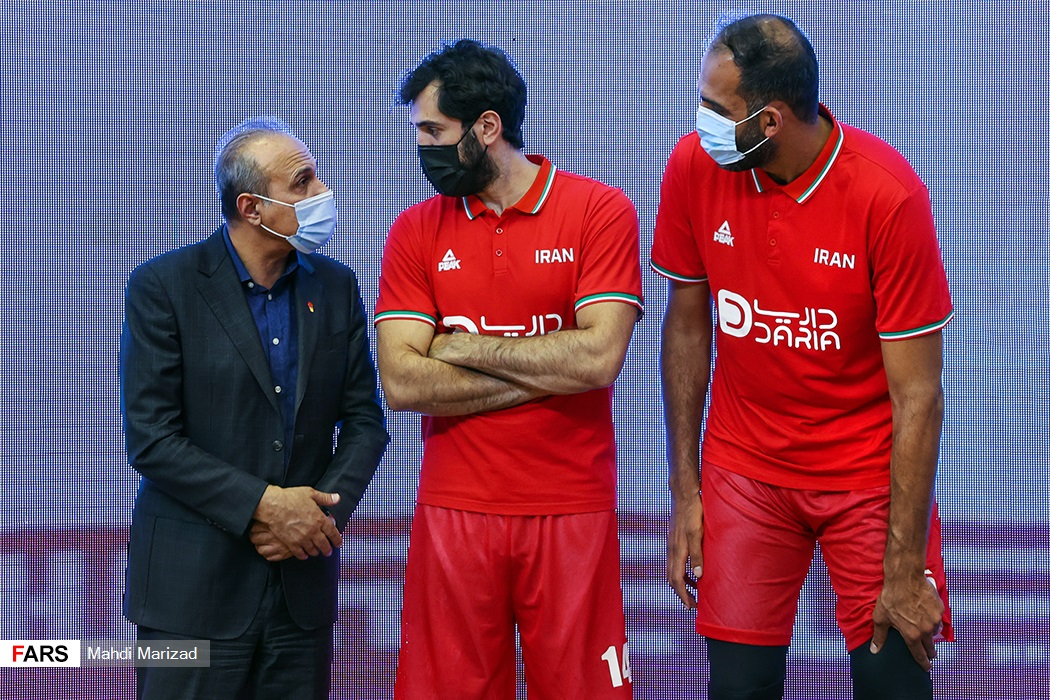 گفتوگوی حامد حدادی و صمد نیکخواه بهرامی کاپیتان تیم ملی بسکتبال با رامین طباطبایی رییس فدراسیون بسکتبال در حاشیه مراسم
