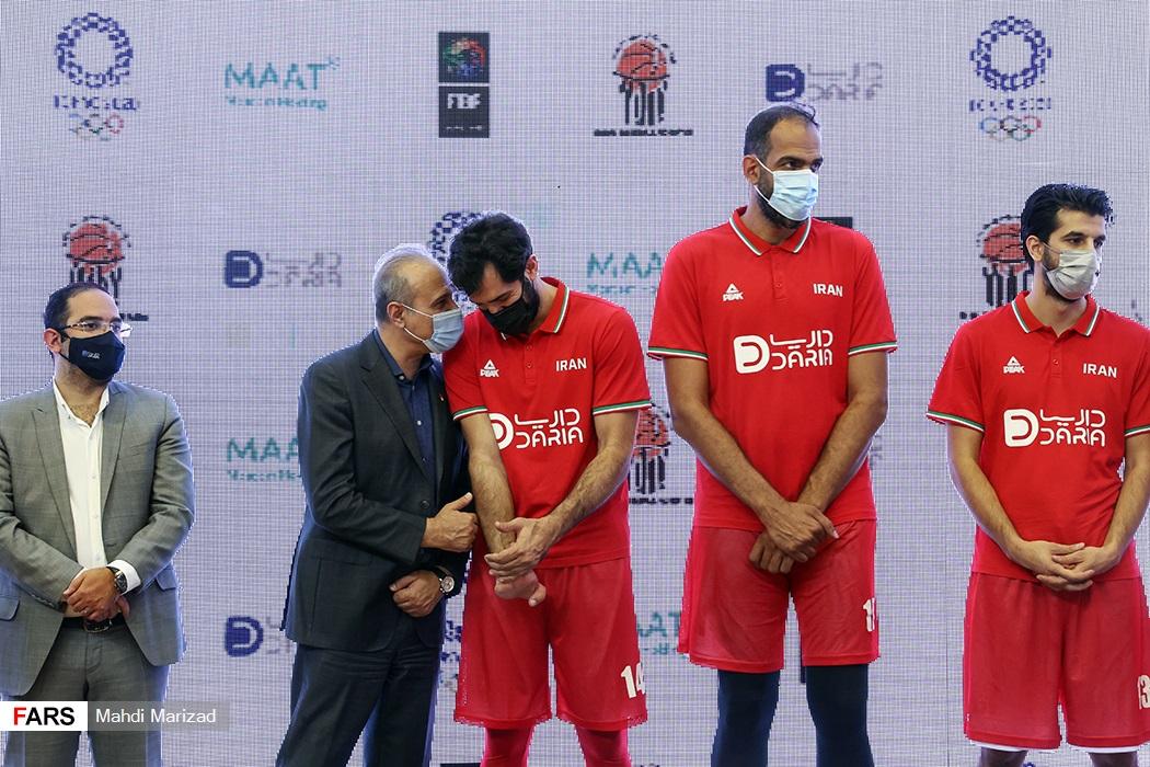 گفتوگوی صمد نیکخواه بهرامی کاپیتان تیم ملی بسکتبال با رامین طباطبایی رییس فدراسیون بسکتبال در حاشیه مراسم