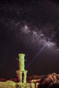 کهکشهان راه شیری در کنار منارجنبان خرانق یزد