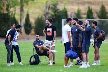 حضور بازیکنان استقلال در زمین مجموعه ورزشی انقلاب، اما به دلیل شرایط موجود و عدم پرداخت مطالبات حاضر به برگزاری تمرین نشدند.