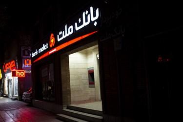 روشن ماندن چراغ های تبلیغاتی بانکها