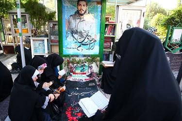 قرائت دعای عرفه تعدادی از بانوان بر مزار یادبود شهید سید ابراهیم هادی در بهشت زهرا (س)