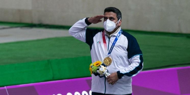 اهدای ۲ مدال طلای جواد فروغی به آستان قدس