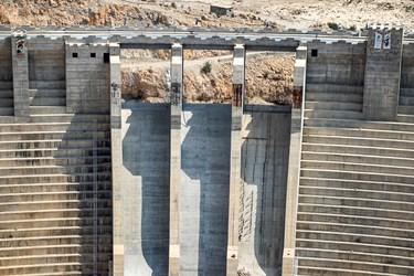 سد  بتونی غلتکی قوسی «هایقر» با ظرفیت ذخیره 227 میلیون متر مکعب آب در ۲۲ کیلومتری جنوب شرقی فیروزآباد و در مسیر شهرستان قیر و کارزین و رودخانه فیروزآباد استان فارس