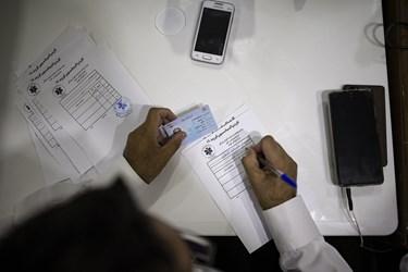 نیروی اورژانس کارت واکسیناسیون کووید 19 مراجعین را صادر میکند.