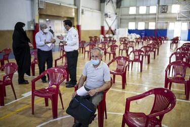 حضور گروه های سنی اعلام شده برای دریافت واکسن در اولین روز طرح ضربتی واکسیناسیون کرونا توسط نیروهای اورژانس
