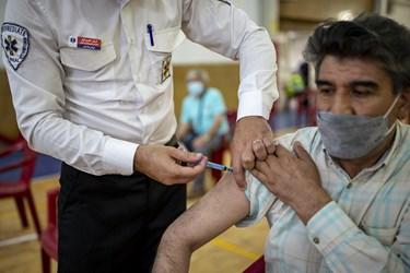 تزریق واکسن کرونا به گروه های سنی اعلام شده در اولین روز طرح ضربتی واکسیناسیون کرونا توسط نیروهای اورژانس