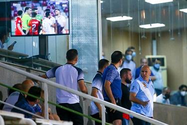 فریادهای علیرضا منصوریان بر سر بازیکنان تیم خود برای آرام کردن جو متشنج شده