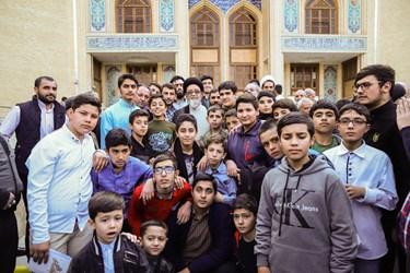 عکس سلفی جوانان و نوجوان با امام جمعه تبریز
