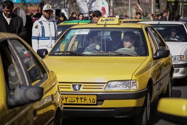امام جمعه تبریز بعد از دستور برچیدن نردههای نماز جمعه اینبار بعد از اقامه نماز با تاکسی به منزل بازگشت.