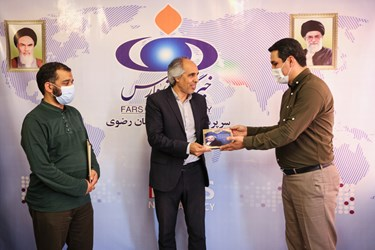 تقدیر از حسین انفرادی به پاس ۲۵ سال تلاش در عرصه سرود انقلابی