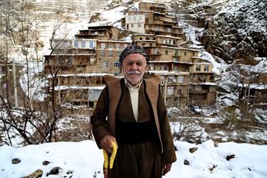 یکی از اهالی روستای تنگیسر و نمای از روستا