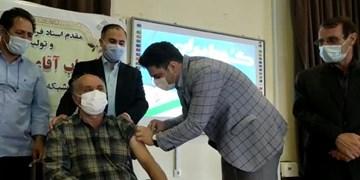 فناور واکسن ایرانی برکت پدر خود را واکسینه کرد