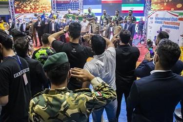 ادای احترام به سرود ملی در مراسم قهرمانی تیم ملی حفاری ایران